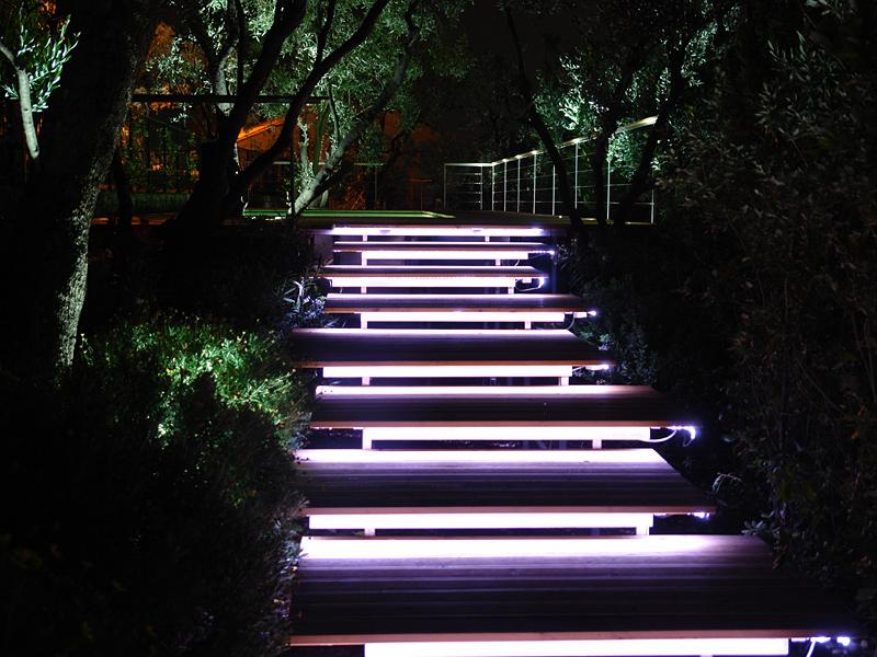 сучасне освітлення присадибної ділянки